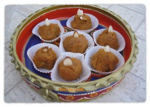 A-Diwali-inspired-Almond-and-Pumpkin-Fudge-Halwa-served-in-a-clay-dish2-300x214